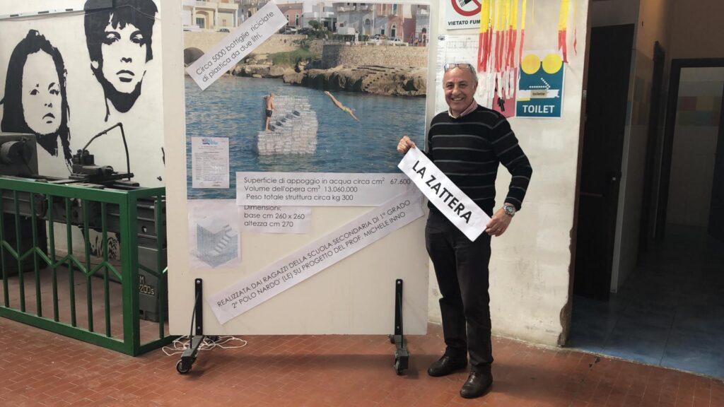 """Il prof. Michele Inno ha presentato il progetto """"La Zattera"""", realizzato con l'assemblaggio di circa 5000 bottiglie riciclate"""